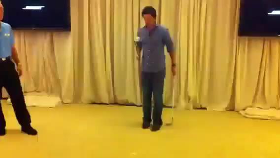 【视频秀】麦克罗伊左右手颠球 居然还能把球停在杆背上
