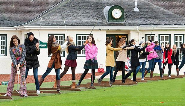 【高球美女】世界小姐2011的参赛选手在苏格兰学习高尔夫