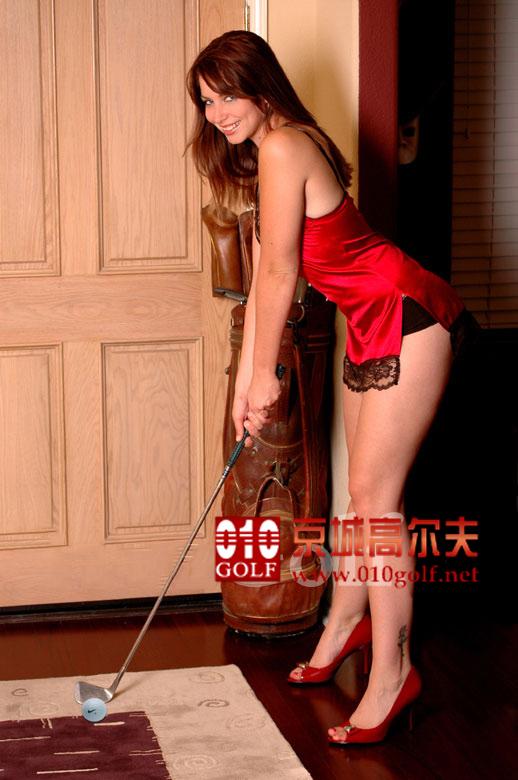 高球美女:红色睡衣女郎挥杆